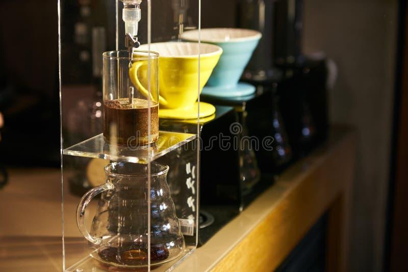 Barista ważenia kawowi dalej ważą przed przygotowywać kawę espresso obraz royalty free