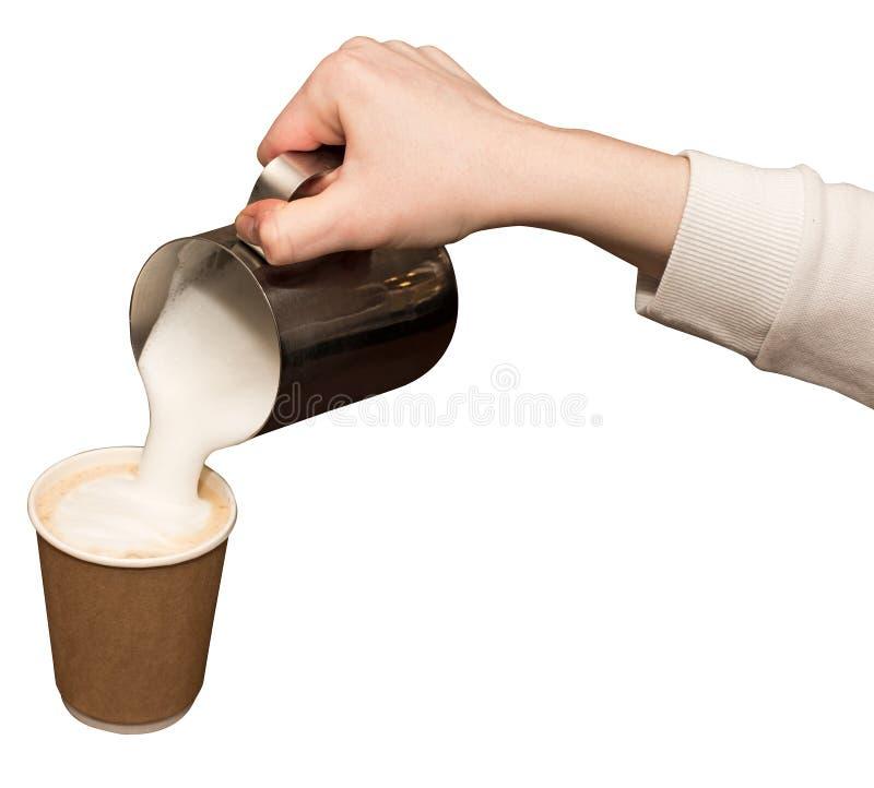 Baristahand, die heet melkschuim, pourinmelk in document kop met koffiecappuccino voorbereiden stock afbeeldingen