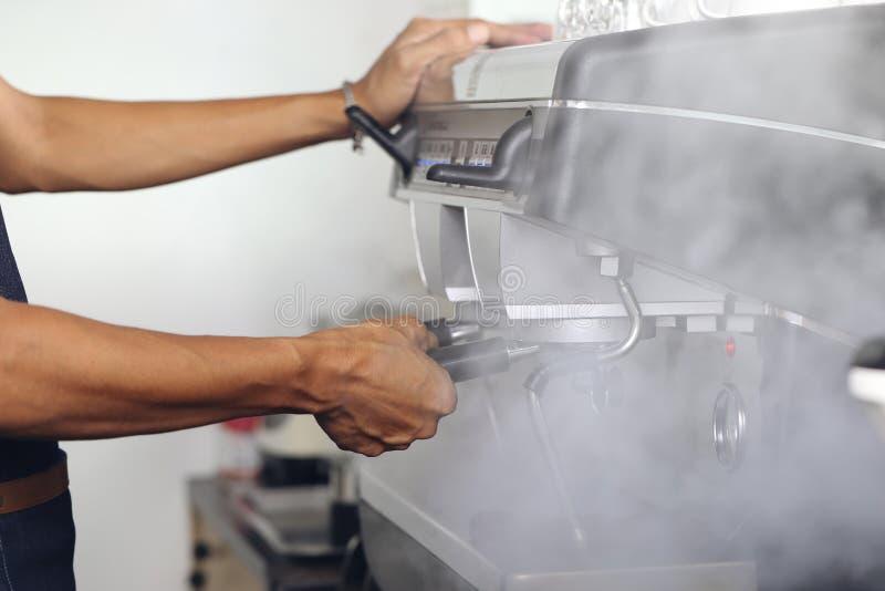 Baristakoffie die koffievoorbereiding die met rook maken in bar toenemen stock fotografie