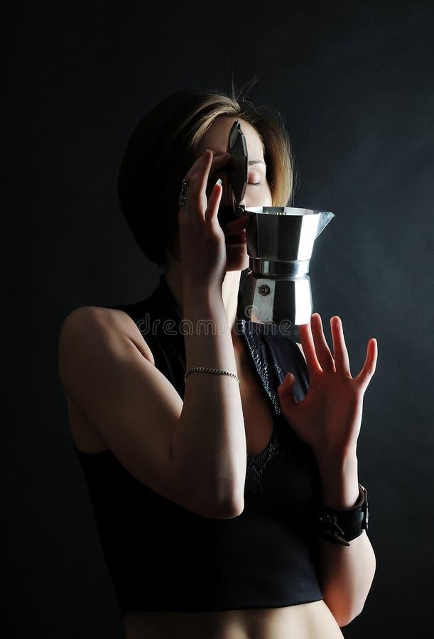 Baristameisje met de pot van koffiemoka stock fotografie