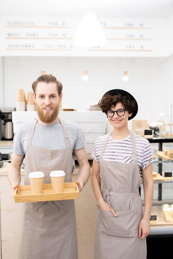 Baristas die in moderne koffiewinkel werken royalty-vrije stock afbeelding