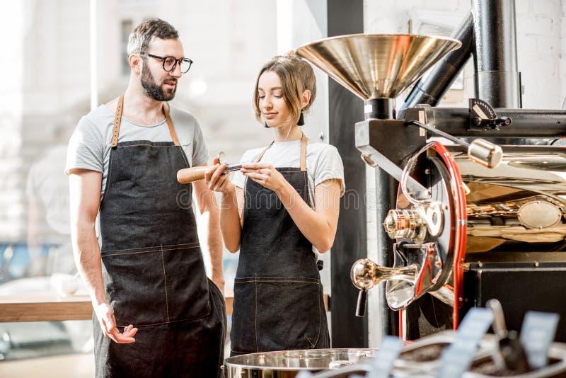 Baristas som kontrollerar kvaliteten av kaffe royaltyfri bild