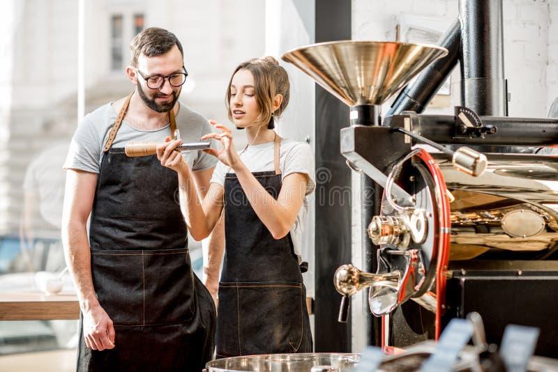 Baristas som kontrollerar kvaliteten av kaffe royaltyfria bilder