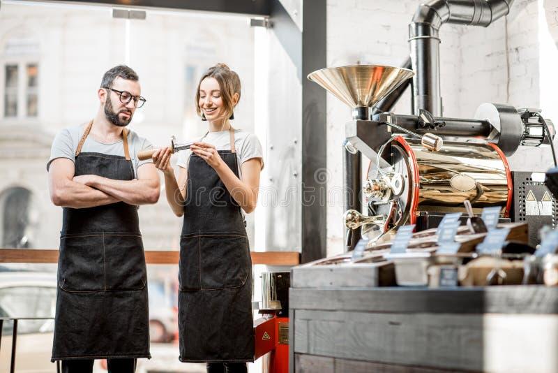 Baristas som kontrollerar kvaliteten av kaffe royaltyfri foto