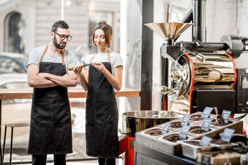 Baristas som kontrollerar kvaliteten av kaffe royaltyfria foton