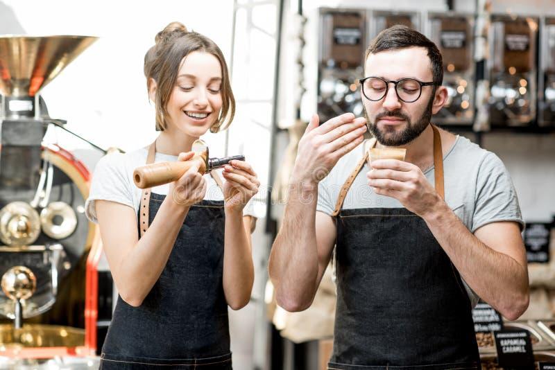 Baristas som kontrollerar kvaliteten av kaffe fotografering för bildbyråer