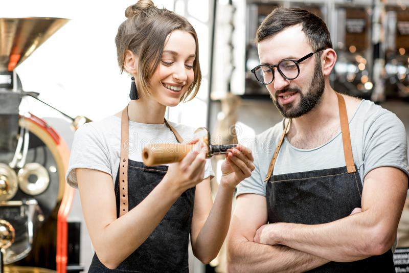 Baristas som kontrollerar kvaliteten av kaffe arkivbild