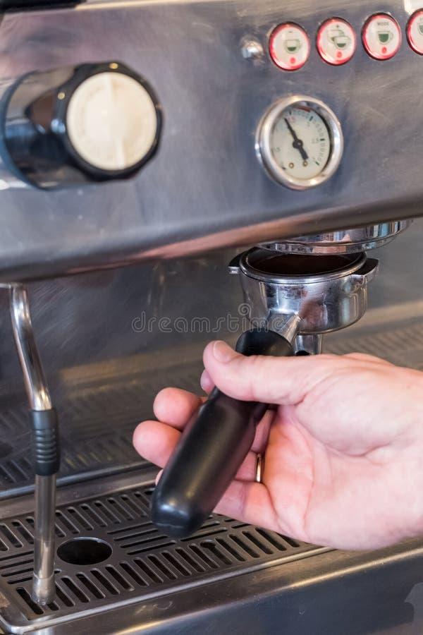 Baristasluiten portafilter met koffie in grouphead van koffie m royalty-vrije stock foto's