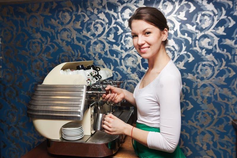 Baristavrouw die koffie voorbereiden stock afbeeldingen