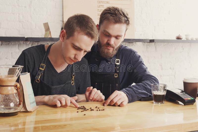 Baristi maschii che fanno caffè fresco al caffè immagine stock libera da diritti