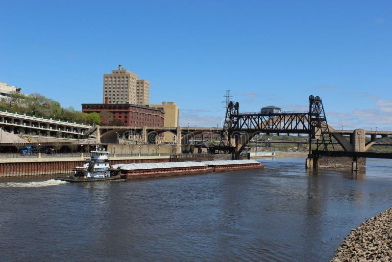 Barka na Rzecznym omijaniu pod dźwignięcie mostem obraz royalty free