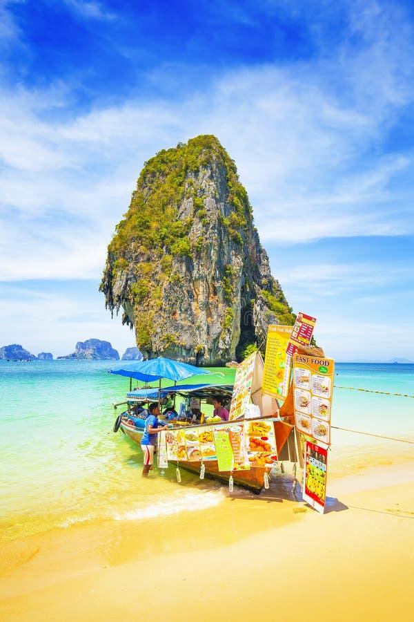 Barkass med thailändsk traditionell mat, Thailand strand royaltyfria foton