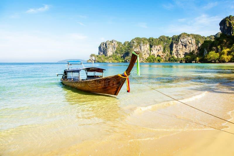 Barkass och tropisk Railay strand i Thailand arkivbilder