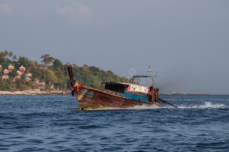 Barkass på fjärden av den Phi Phi ön, Krabi landskap, Thailand arkivbild