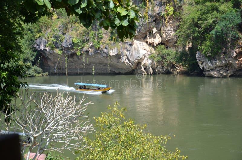 Barkass på floden Kwai royaltyfri foto