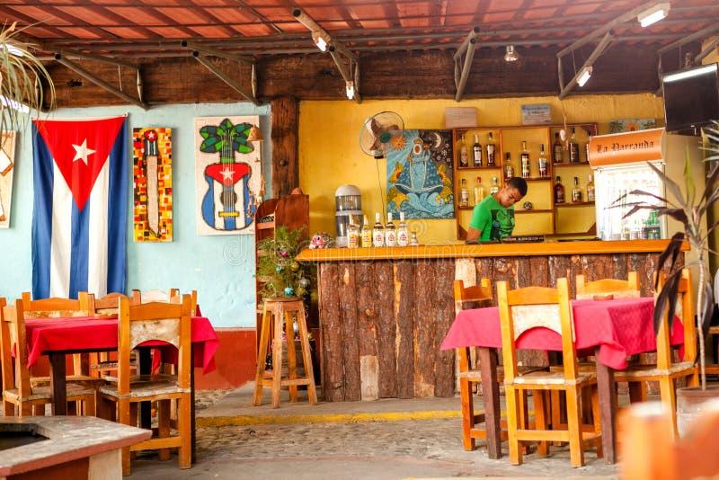 Barkeeper i en stångrestaurang i Trinidad, Kuba royaltyfri fotografi