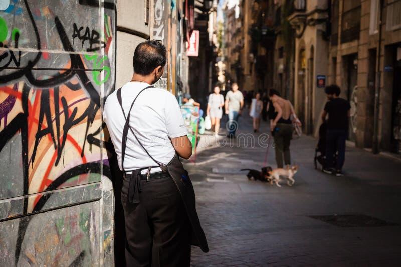 Barkeeper que tiene su situación de la rotura en una calle de Barcelona foto de archivo libre de regalías