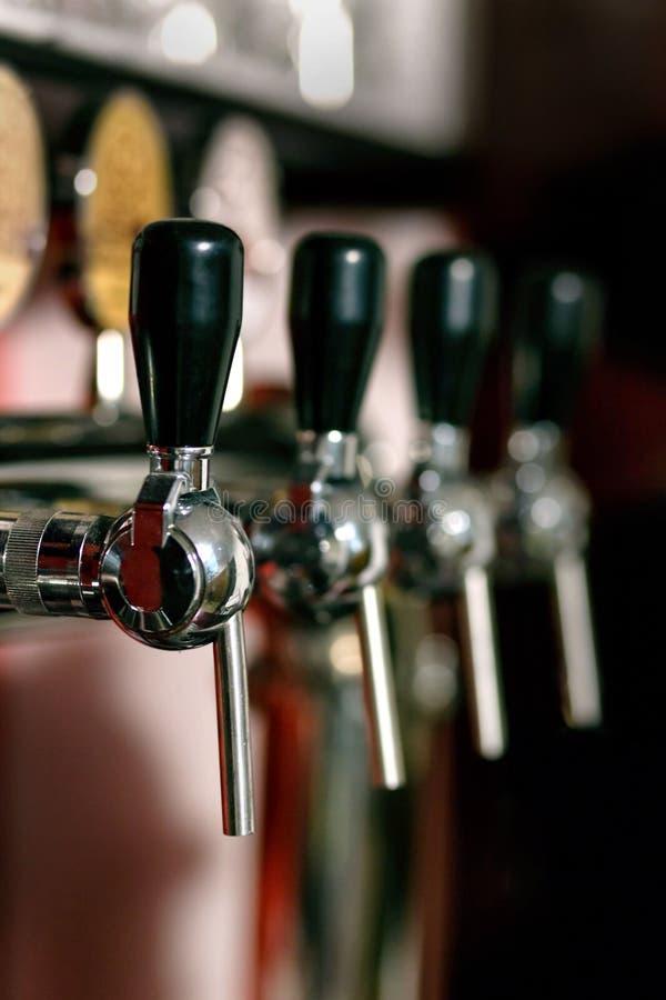 Barkeeper tirant une pinte de bière images stock