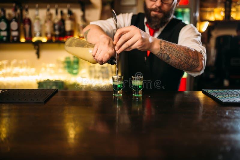 Download Barkeeper Versant La Boisson Alcoolisée En Verre Image stock - Image du moderne, barmans: 87700585
