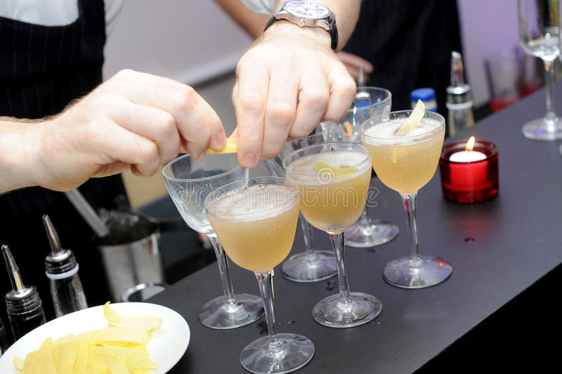 Barkellner bereiten coctail Getränk vor lizenzfreies stockbild