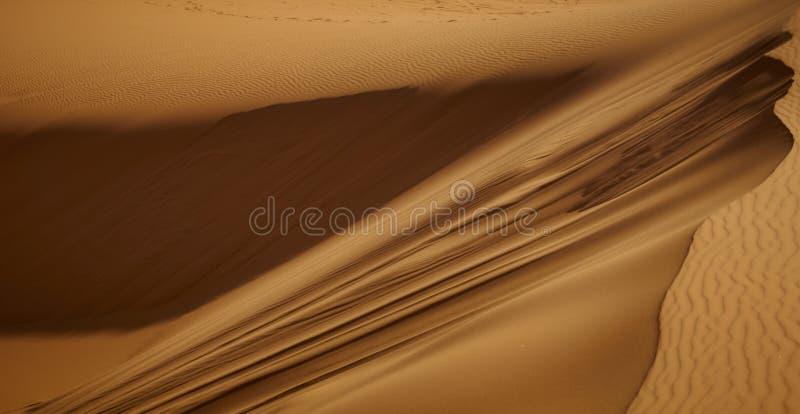 Barkhans van de woestijn van de Sahara Tent in het zand Mensen in de woestijn stock fotografie