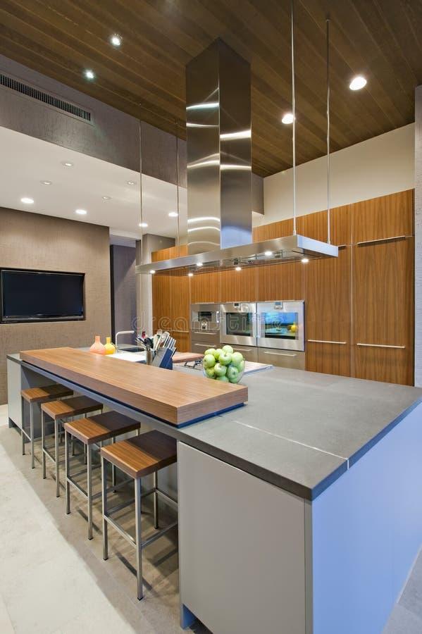 Barkrukken bij ontbijtbar in keuken stock afbeelding afbeelding 33909155 - Foto eigentijdse keuken ...