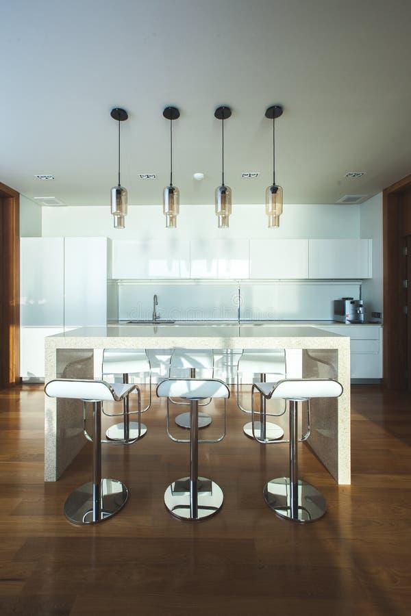 Barkrukken door moderne keuken stock afbeelding afbeelding 61595275 - Afbeelding moderne keuken ...