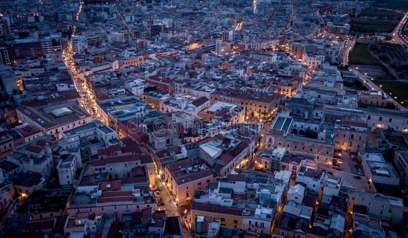 Barletta, света ночи городка Италии сверху стоковое изображение