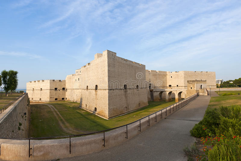 Barletta (Apulia, Italia) - castillo medieval fotos de archivo libres de regalías