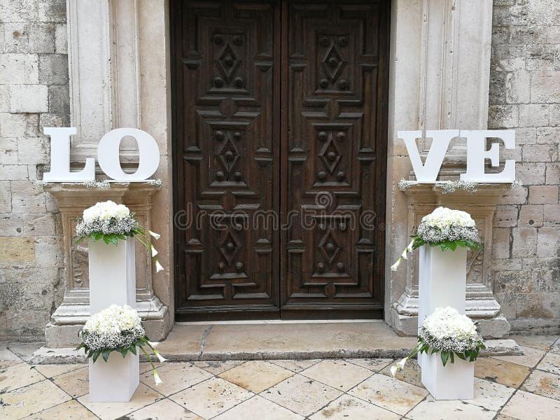 Barletta - decorazioni di nozze all'entrata della cattedrale fotografia stock libera da diritti