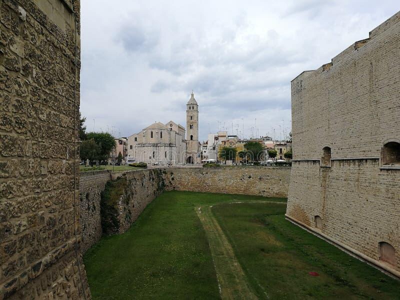 Barletta - domkyrka fr?n bron av slotten arkivbild
