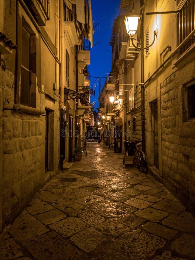 Barletta, rua tradicional de Itália foto de stock
