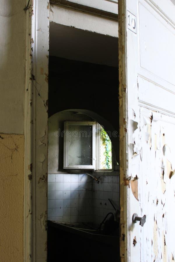 Barlume in ospedale psichiatrico abbandonato immagine stock