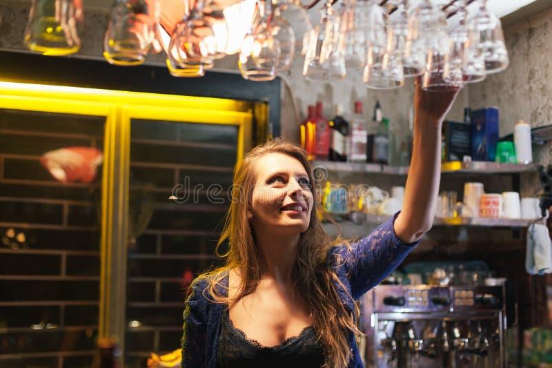 Barmaid de jeune femme images stock
