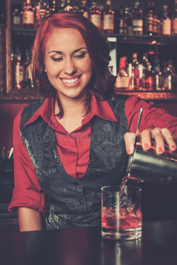 Barmaid faisant le cocktail images libres de droits