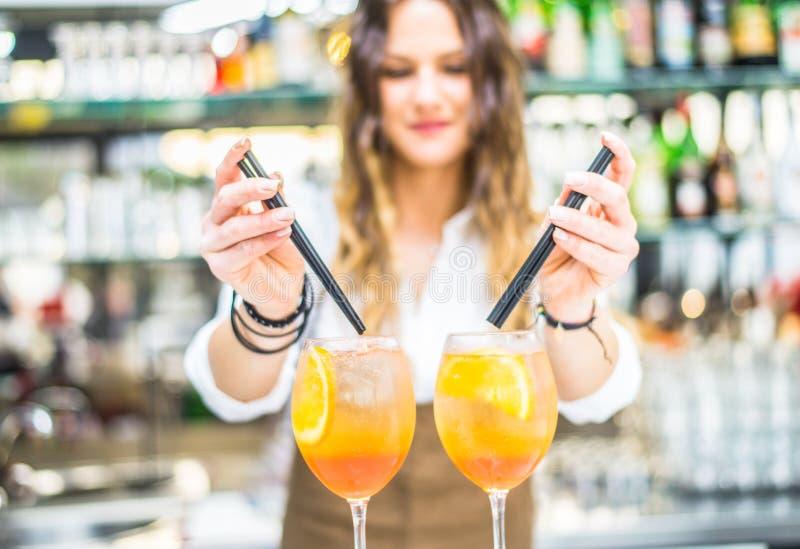 Barmaid préparant des cocktails images stock