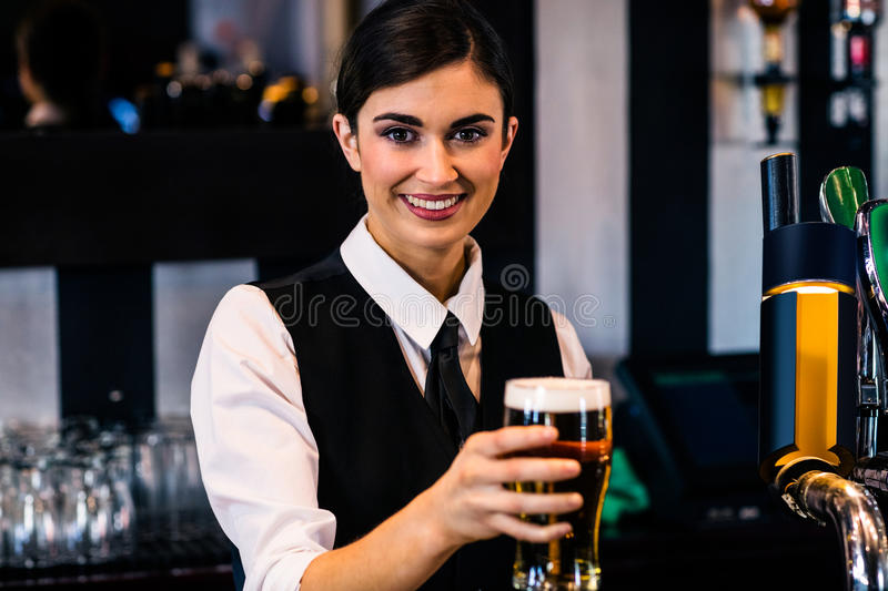 Barmaid servant une pinte image stock