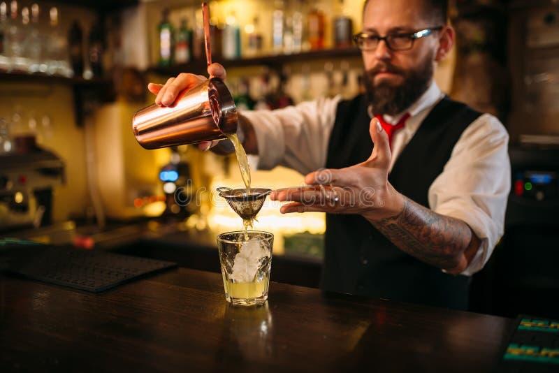 Download Barman évasant Derrière Le Compteur De Barre Image stock - Image du pour, mâle: 87700625