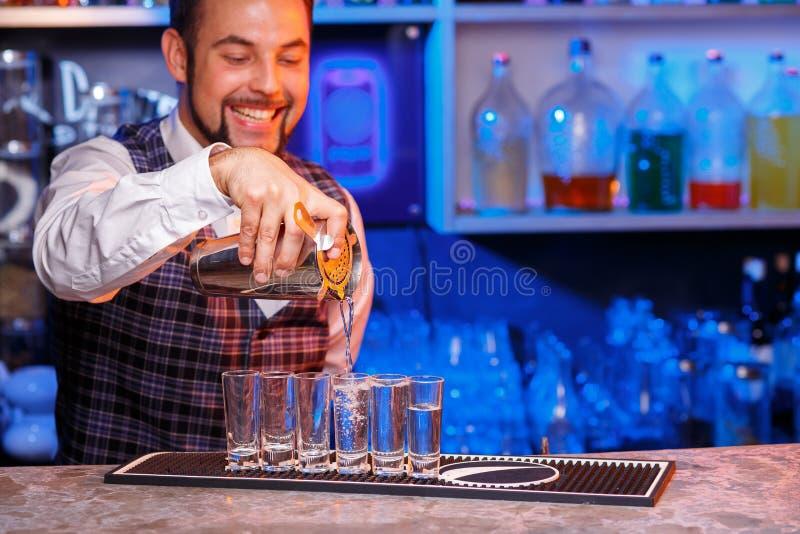Barman au travail, préparant des cocktails photos stock