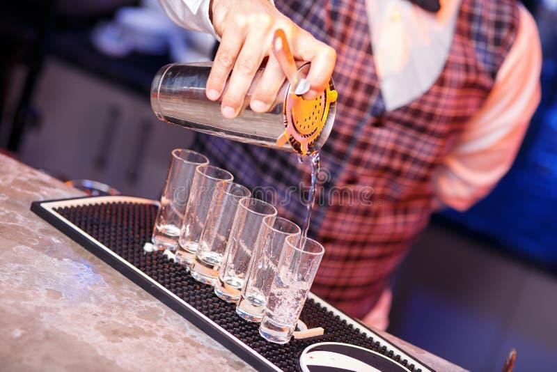 Barman au travail, préparant des cocktails photographie stock