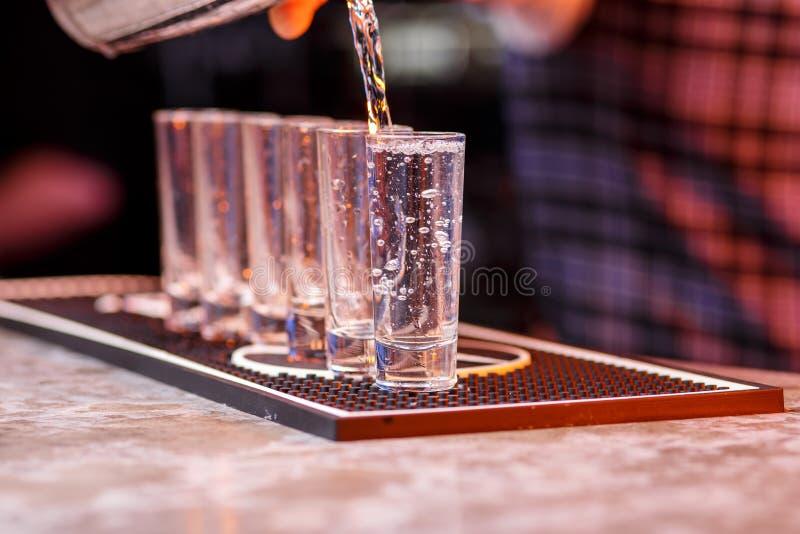 Barman au travail, préparant des cocktails photo stock