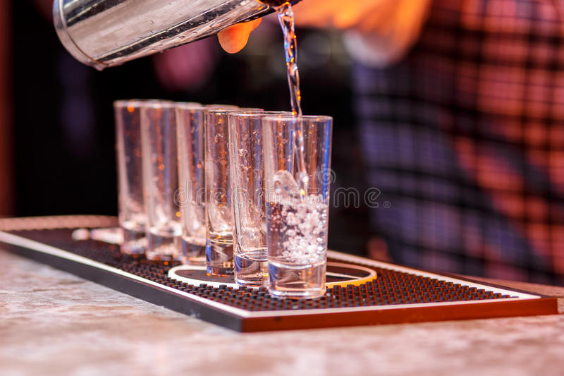 Barman au travail, préparant des cocktails photos libres de droits