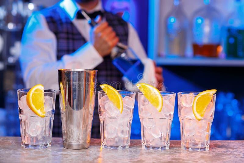 Barman au travail, préparant des cocktails images stock