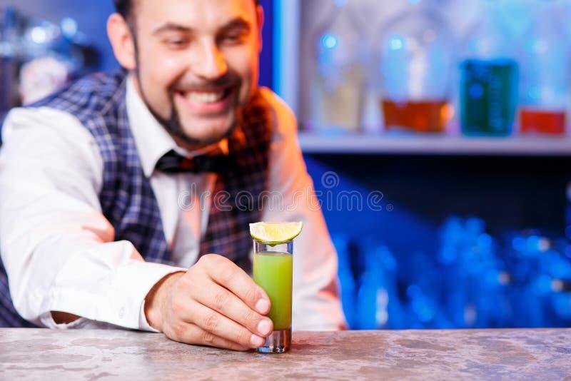Barman au travail, préparant des cocktails images libres de droits