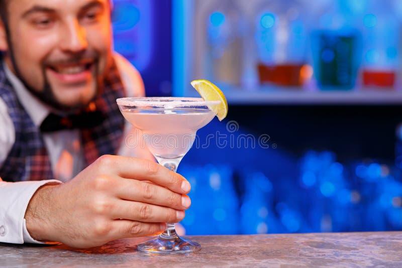 Barman au travail, préparant des cocktails photo libre de droits