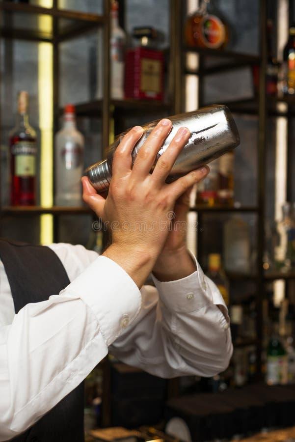 Barman au travail, préparant des cocktails Secousse du dispositif trembleur de cocktail photo stock