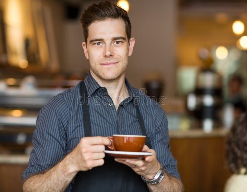 Barman avec la tasse de café image libre de droits