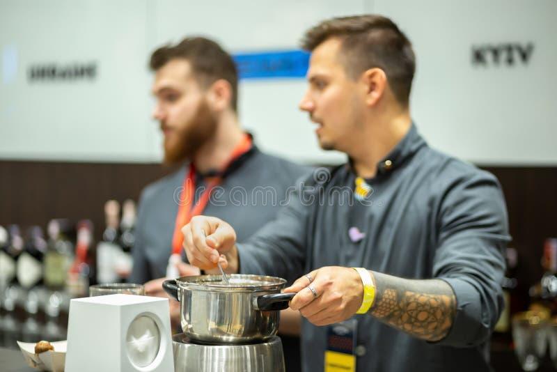 Barman avec une casserole sur l'exposition internationale de barre de baromètre photographie stock