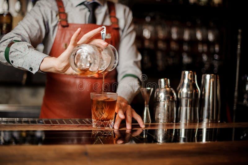 Barman in bar binnenlandse het maken alcoholcocktail Geen gezicht stock afbeeldingen