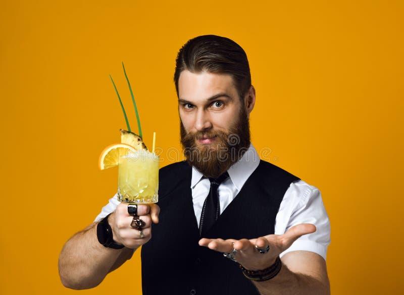 Barman barbu avec le cocktail de participation de barbe dans le gilet photos stock